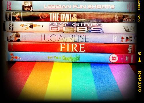 Mehrere DVDs auf Regenbogenflagge