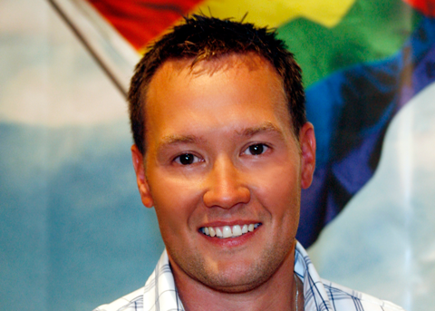 Porträt Tino Henn vor Regenbogenfahne