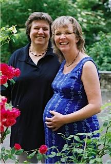 Die schwangere Eli Wolf mit Partnerin Marlis Bredehorst