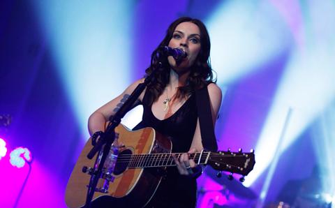 Amy Macdonald Gig 2012 mit Gitarre am Mikrophon
