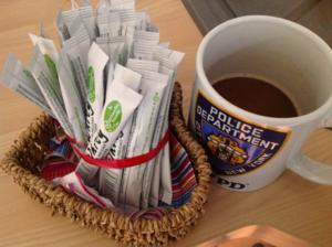 Tasse mit Kaffee und Kaffeeweißer Tütchen