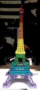 Eifelturm in Paris im Regenbogen