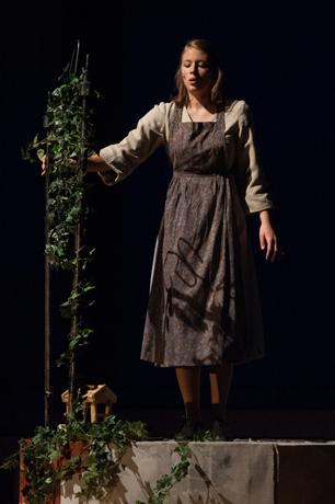 Sinha Melina Gierke als Goldmarie in Frau Holle