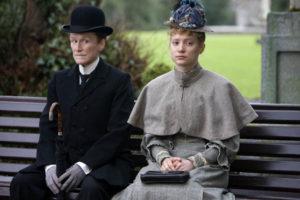 Albert und Helen sitzen auf einer Parkbank.