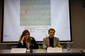 Die Stimmung ist ernst: Pride-Organisatoren Katharina Borsuk und Maksim Haikou während der Pressekonferenz.