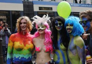 Strahlende Lesben und Freunde auf der Vienna Pride Parade, © Maira Reis