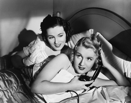 Stock Foto: Two women in bed with telephone, © Everett Collection/Shutterstock
