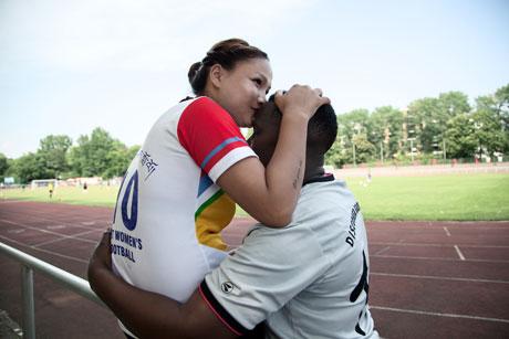 Fußball-Fotopreis für Bild mit lesbischem Paar