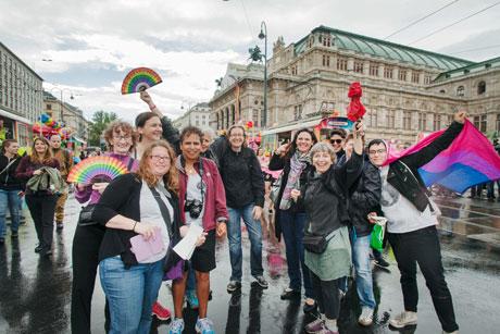 Ines Rieder (mit rotem Schirm) und Reisegruppe lesbischer Journalistinnen, Wien 2015, © Reiner Riedler