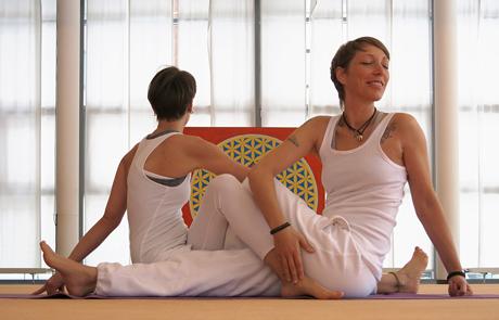 Yoga – Dusty und Lisa beim Drehsitz, ©YogaVidya