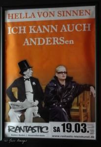 Plakat Hella von Sinnen: Ich kann auch ANDERSen, Hella in schwarzem Lederoutfit sitzt rechts neben Andersen