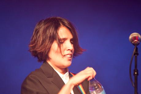 Tanita Tikaram öffnet Wasserflasche, 2016 © Sabine Arnolds