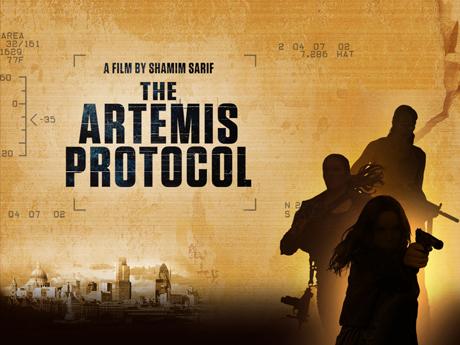 The Artemis Protocol Filmtitel auf hellbraunem Hintergrund mit drei bewaffneten Schattenfiguren vorne rechts, © enlightment production