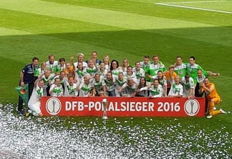 Spielerinnen des VfL Wolfsburg auf dem Rasen hinter Schild DFB-Pokalsieger 2016, © Maren Wuch
