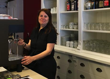 Sister Grimm Andrea Kretschmer bereitet einen Kaffee zu