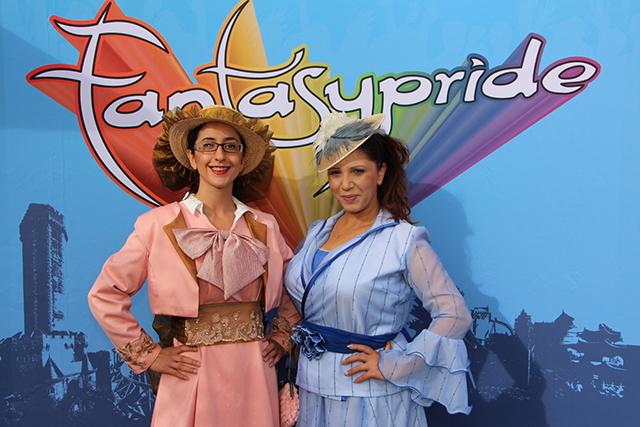 Zwei Frauen in Westerkleidung vor Fantasypride-Logo, Fotocredit: © Fantasypride