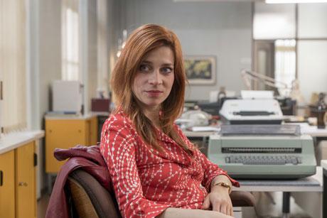 Zarah (Claudia Eisinger)sitzt an ihrem Schreibtisch im Büro, Fotokredit: ZDF und Georges Pauly