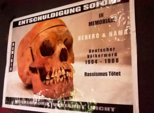 "Plakat ""Entschuldigung sofort"", ""Nothing about us without us – Remains. Eine Rede"", Theater X,, © Larissa"